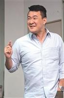 TVBS資深記者張家齊於上週四蒞校演講,以「為什麼要當記者」分享個人採訪經驗,不時以幽默的表情,吸引在場聽眾的注意。 (攝影/羅廣群)