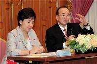 國際品質大師狩野紀昭博士(右)來校開講,由校長張家宜(左)親自主持。(攝影/鄧翔)