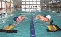 泳隊教練陳瑞辰(右)經常會帶著隊員一起練習,感情相當融洽。(攝影/林奕宏)