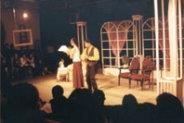 實 驗 劇 團 期 末 公 演 , 由 蘇 毓 修 ( 右 ) 、 陳 研 如 ( 左 ) 兩 同 學 擔 綱 演 出 喜 劇 「 幽 會 」 , 現 場 觀 眾 看 得 全 神 貫 注 。 ( 圖 \ 熊 鴻 斌 )
