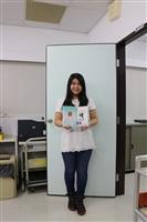 本報記者中文四廖吟萱搶先製作姓名頁,「贈送的筆記書好可愛,有人知道裡面出現幾位校友嗎?拿著拍立得相片,手作過程非常有趣,成品看了心情好好喔!」