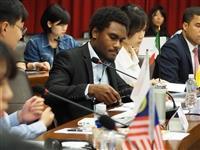 英文系口譯課程革新計劃105學年度期末發表,5/8(一)與外交系、國際  處合辦「模擬聯合國會議暨英文系口譯系列課程發表會」,主題「當  全球化遇上保護主義:變動世界中的貿易與認同」