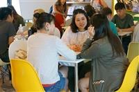 國際處境外生輔導組在驚聲紀念大樓10樓交誼廳舉辦國際文化萬花筒及Chat Corner言語交流活動