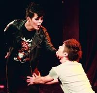 英文二梁俊文(圖右)飾演的主角Everyman,在和Death對戲,肢體語言豐富。(文字、攝影�林奕宏)