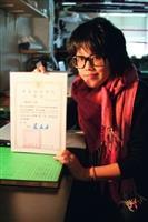 建築五葛姿吟獲得「21世紀城鄉陸橋變裝美化創意構想學生競圖」首獎,高興地與獎狀合照。(攝影�陳奕至)