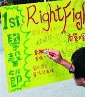 學聲節上,學生也在彩繪牆上吐露心聲。(攝影�黃乙軒)