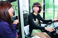 參觀運管週的學生開心試乘全國約僅60台的油電混合花博公車,享受當公車司機的新鮮感!(攝影�曾煥元)