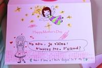 母親節卡片傳情活動,學生專注的在商館旁攤位,
