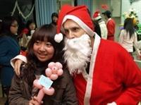 巧扮聖誕老人 學生爭相合照