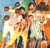 康輔之夜「時光劇」中,四位同學犧牲色相、盡情搞笑演出。(攝影/陳震霆)