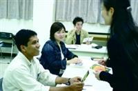 本校為外籍生開設中文課,印度籍物理系博士生艾拉夫(左一)正在練習正確的中文發音。(攝影/練建昕)