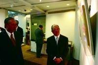 創辦人張建邦博士(右一)與愛好藝術的世華銀行董事長汪國華校友(左一),共同欣賞文錙藝術中心的展覽。(攝影/練建昕)