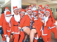 耶誕猛男 顛覆搞笑不想太悶 水環一繼上次校慶運動會穿泳褲跑接力賽後,耶誕節再次出其不意玩變裝遊戲,17位水環一A同學上週三穿著紅衣紅帽,扮成聖誕老公公,成群結隊在校園裡大唱「聖誕快樂」、從口中吐糖果發給同學,甚至大玩掀裙子翻筋斗,讓整個校園充滿爆笑耶誕味。傳說中的領隊聶彤表示:「淡江太悶了啦!要帶動大家的聖誕氣氛。」17位聖誕老人一整天就這樣騎車來上學、上課,他們說明年要穿麋鹿裝,敬請期待。(圖�昂力 文�鍾張涵)