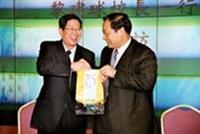 輔大校長黎建球(左)與本校校長張紘炬互贈紀念品。(攝影�陳光熹)