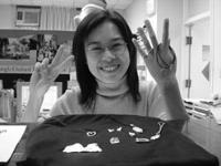任職於本校在職暨進修教育中心的陳芷娟,參加銀黏土製作班,她開心地展示自己親手做的銀製飾品。