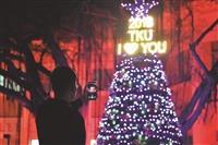 總務處營造耶誕氛圍 淡水校園喜迎歲末感恩季