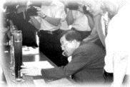 ▲ 上 月 中 旬 高 思 懷 老 師 及 研 究 生 代 表 本 校 受 高 雄 市 工 務 局 之 邀 , 於 現 場 展 示 「 電 聚 浮 除 法 」 在 污 水 處 理 上 的 運 用 , 市 長 謝 長 廷 及 官 員 們 特 別 仔 細 聆 聽 。 。 ( 高 思 懷 老 師 提 供 )