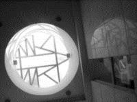 五 樓 戶 外 露 臺 上 , 抽 象 化 的 校 徽 設 計 , 可 依 太 陽 光 影 隨 時 間 移 動 而 產 生 不 同 角 度 的 光 源 , 將 此 校 徽 投 射 在 三 樓 大 廳 的 地 面 或 牆 上 。