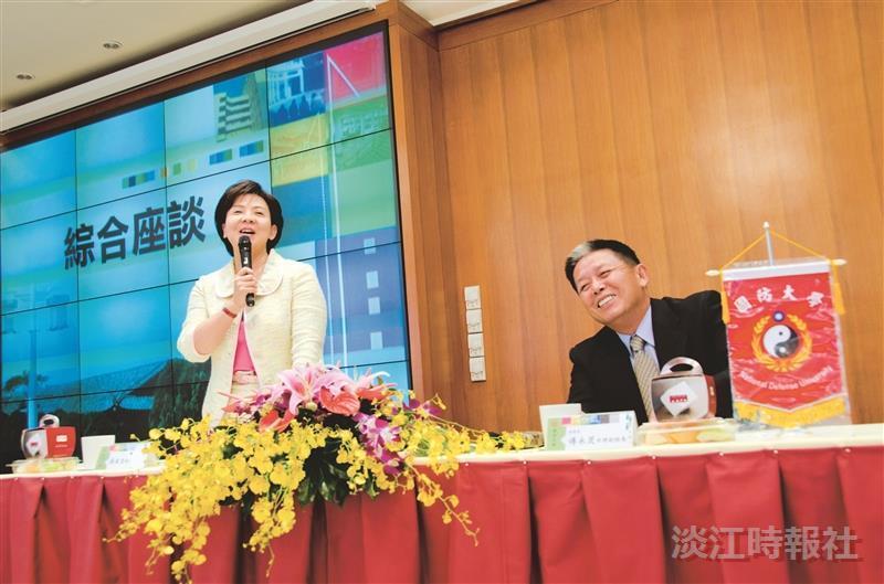 國防大學副校長傅永茂中將(右)一行19人參訪本校,張校長(左)在覺生國際會議廳主持參訪座談會。(攝影/羅廣群)