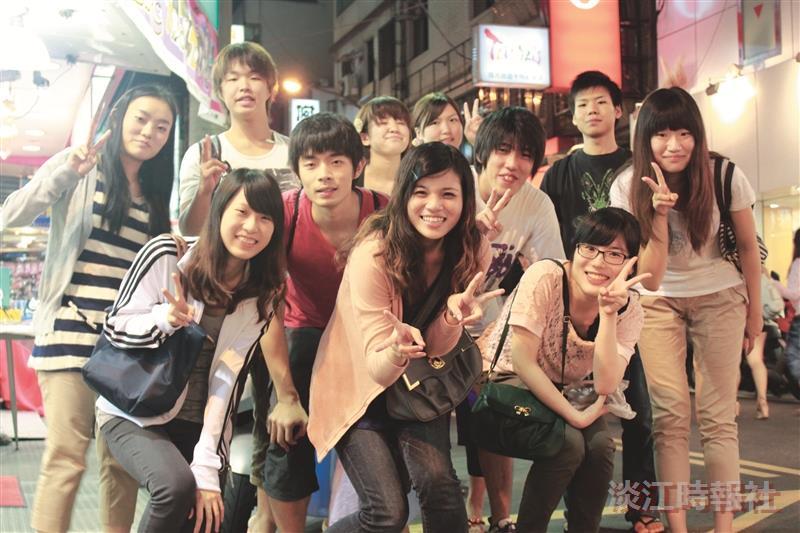 日本長崎大學短期研習生,離台前與本校接待生聚會同歡,大家合影留念,相約再見。(攝影/梁子亨)