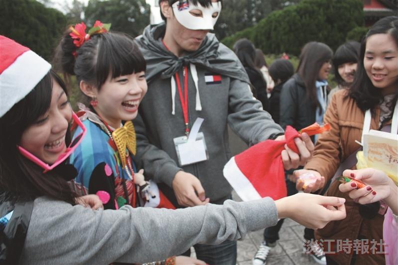 同學爭相索取免費耶誕糖。