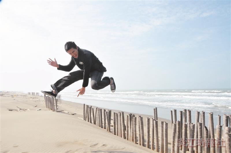 海外華裔青年觀摩團的學員,在七股潟湖,見到美麗的海岸,高興的跳起來。(圖/成教部提供)