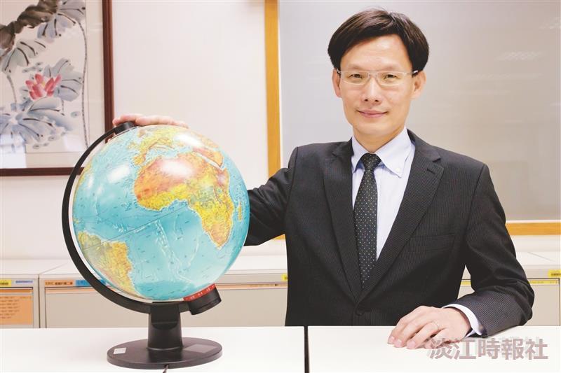 校園話題人物>歐研所副教授張福昌 教授變身主持人 張福昌「全球視野」大愛開講