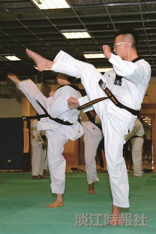 賣力練習的跆拳道隊員(攝影/羅廣群)