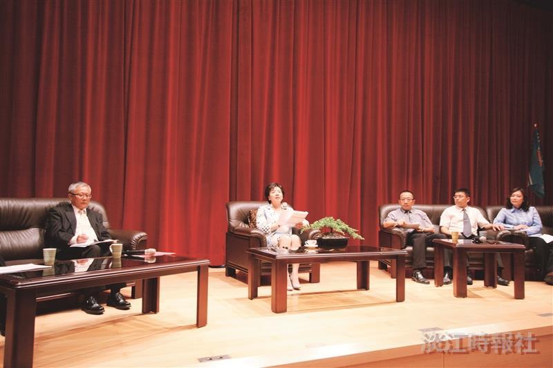 蘭陽校園於24日舉行100學年度「蘭陽校園大四學生與校長有約」座談會,校長張家宜(左二)與學生互動。(圖/蘭陽校園提供)