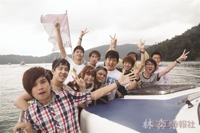 境外生搭船遊日月潭,學生直呼:「臺灣真美!」(攝影/林奕宏)