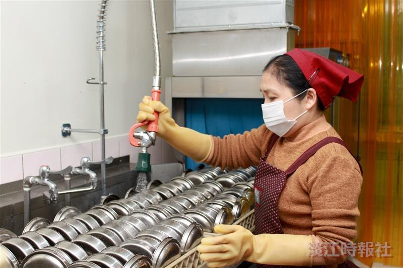 美食廣場的工作人員正在以機器清洗當天使用的環保餐具,既衛生又環保。(攝影/謝佩穎)