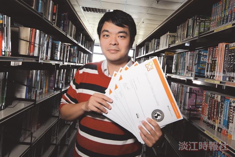 統計四王繼斌透過學校課程取得多張電腦證照。(攝影/林奕宏)