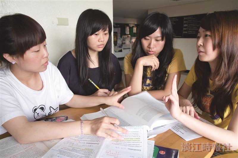 善用學校資源,籌組學習社群,藉由團體討論,整理出自己的學習策略,高分,不再是遙不可及。(攝影/謝佩穎)