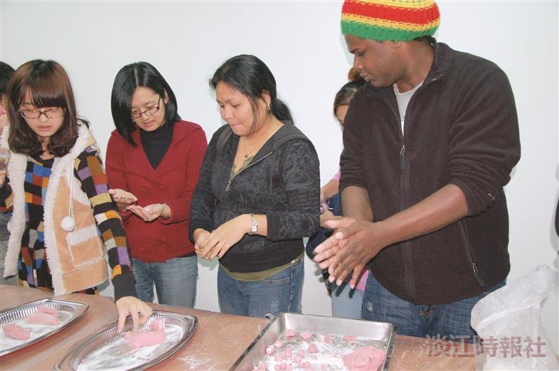 蘭陽校園22日的冬至湯圓會中,境外生體驗搓湯圓的習俗。(圖/蘭陽校園提供)