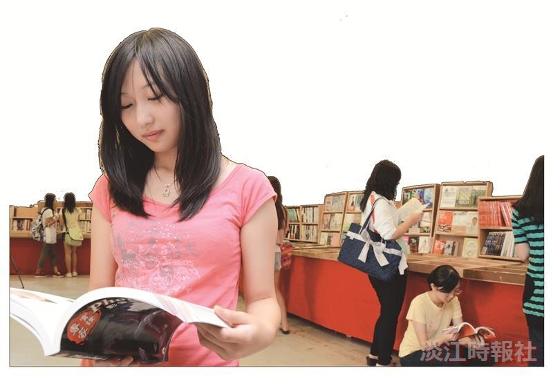 書展﹁閱讀‧黃金的 種子﹂在黑天鵝開賣,同 學把握機會選書撿便宜。 ︵攝影/羅廣群︶
