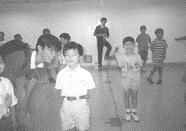 ▲樸毅團的同學和小朋友玩起大風吹來,仍舊童心未泯,興致勃勃。(樸毅團提供)