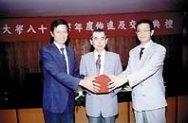 新任人事主任宛同(右)由洪欽仁(左)手中接過印信。