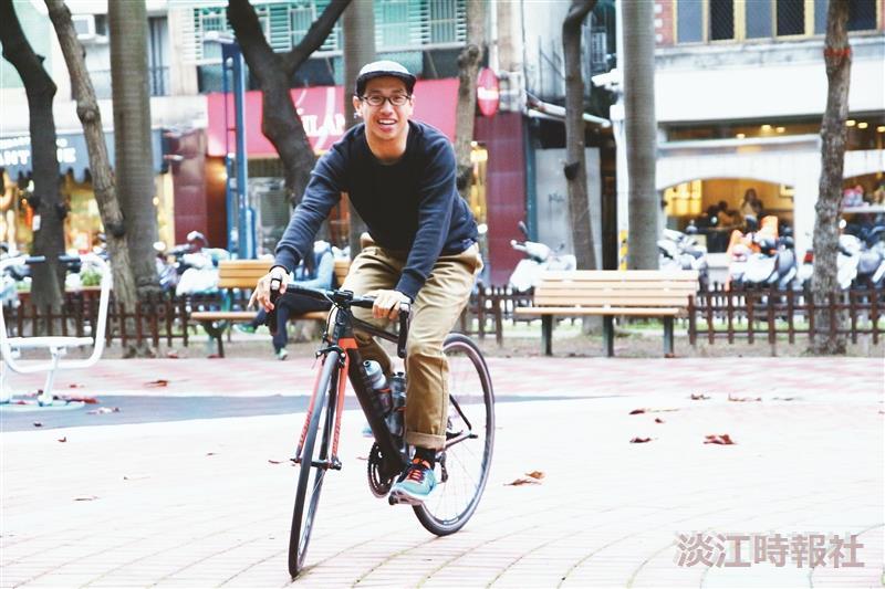 林翰博多年來,日騎單車數小時,與腳踏車幾乎形影不離。(攝影/閩家瑋)