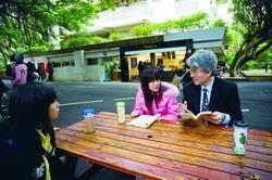 一手推動改造「休憩文化區」的行政副校長高柏園(右),也經常與學生在文館前小憩論學。(攝影�王文彥)
