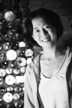 中文系系友王昭華喜歡以台語寫歌、寫散文,多次獲得台語創作獎項,更曾發行首張台語創作專輯「一」,以自創的台語歌,唱出自己的故事。她希望台語能重新被重視,不要失去本身原有的文化及內涵,應當「千年傳統,重新感受」。(圖�黃士航)