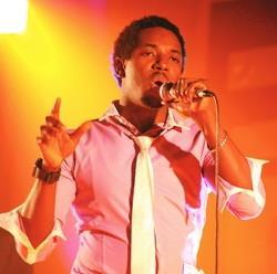 外籍生財金碩一艾米勒(圖一)在舞台上如專業歌手般投入歌唱。(攝影�林奕宏)