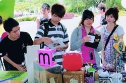 資傳系學生擺二手市集學行銷,吸引許多學生前往選購。(攝影�洪翎凱)