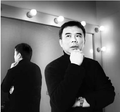 知名廣告導演陳玉勳,是本校教資系校友。他總是不按牌理出牌,常在拍攝現場靈光一現,提出令人眼睛為之一亮的點子。一坐上導演的椅子,便一臉嚴肅,專心致志指導片場,與私底下幽默風趣的面貌截然不同。(陳振堂攝影)