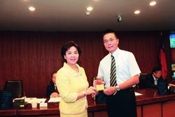 行政會議中,校長室秘書黃文智(右)接受校長張家宜頒獎。(圖�&#20931嘉翔)