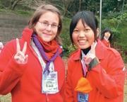 比利時交換生范賽琳(圖左),開心地與童軍團團員合照。(童軍團提供)