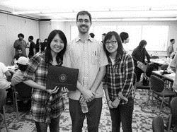 上圖為張舒婷(右一)在語言學院與師生合影。(圖�張舒婷提供)