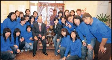 圖為96學年度淡江時報社冬令研習會,張創辦人建邦博士於始業式期勉全體同仁及記者後,與全員合影於台北校園「讀書樂」塑像前。(圖涂嘉翔攝)
