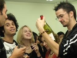 薄酒萊慶典,師生開瓶同饗。