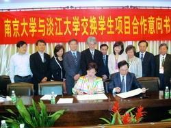校長張家宜(前左)上週率領行政參訪團參訪南京大學,並與南京大學校長陳駿(前右)簽署「學生交流意向書」。(圖�國交處提供)