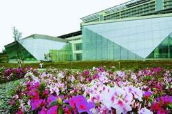 為營造台灣原生種植物生態林園,本校自民國95年起,在蘭陽校園的道路兩旁廣種杜鵑花,花開時節,總是美不勝收。